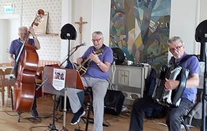 Trion, med från vänster Sven-Ivar Jonsson, Kurt-Göran Lindgren och Bo Eklund, bjöd på en blandad repertoar. Foto: Eva Söderström