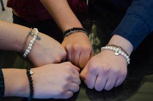 De säljer armband med likhetstecken som står för allas lika värde. Tio procent av vinsten går till UNICEF, till flickor i U-länder.