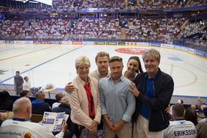 Eva, Peter, Madeleine och Thomas Jönsson (samt Joakim Svensson, tvåa från vänster) gjorde den långa resan från Skåne upp till Leksand för lördagens jubileumsmatch.
