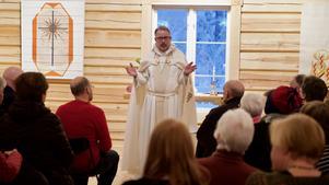 – Vad kan vara bättre än att få inviga ett kapell som några tycker ser ut som ett fjös, den byggnad där Jesusbarnet föddes, sa kyrkoherde Lars Stenman under invigningens av det nya kapellet i Högvålen.
