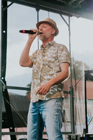 Med välkända slagdängor till låtar uppträdde Governor Andy glatt inför en nöjd publik.