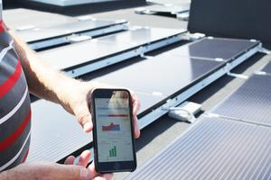 Med hjälp av appen Soledge håller de koll på elproduktion och förbrukning i huset.