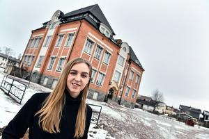 Anna Moraeus utanför musikskolan i Orsa där hon lärde sig att spela fiol, piano och att sjunga. Senare skulle hon studera på flera folkhögskolor och, till sist, Balettakademin i Göteborg.