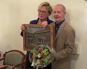 Tord Grip har utsetts till Årets härjedaling. Här får han priset från Härjedalsföreningens ordförande, Solveig Andersson.Foto:Josefine Granding Larsson