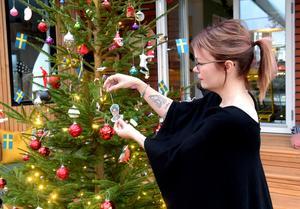 Illustratören Anna Ileby har egna juldekorationer i sin gran.