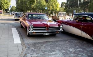 Ett trettiotal bilar cruisade på Storgatan och runt om i Järna på lördagen.