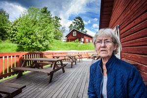 Tove Werner riktar skarp kritik mot Stiftelsen Hackåsbygden för den bristande information hon fick innan hon startade sin verksamhet vid Strömbacka kvarn i somras.