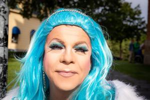 Michael Belinda Nilsson tycker det är kul att folk verkligen kommer ut på gator och torg under pridefestivalen.