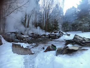 Ett garage, ett uthus och två personbilar totalförstördes i samband med branden i Arlom, Undrom, tidigt på tisdagsmorgonen.
