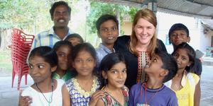 Ulrika Smidegård och elever på en kvällsskola i Indien. Med på bilden är även läraren Paramasivam.                                                                                                                                                 Foto: Erica Eriksson
