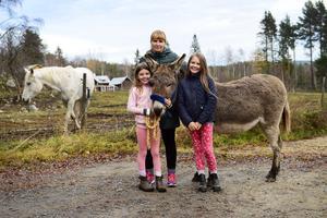 Emma Höglund med döttrarna Elsa och Astrid och älskade åsnan Rosalea hemma på gården i Tirsta, Fränsta.