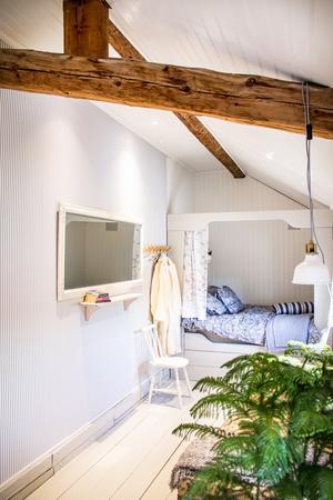 Ett av de tre gästrummen är byggt i vinkel med en platsbyggd säng längst in i hörnet.