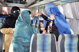 Det är ont om kvinnliga poliser i Afghanistan men de behövs bland annat när kvinnor ska visiteras. Kvinnorna till vänster i bild är båda poliser.