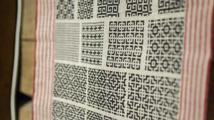 Johanna Fabers textiler med små broderier i hundratals olika mönster.
