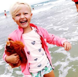 """""""Se ett sånt överlyckligt sommarbarn! Detta är min systerdotter Svea Lundgren, 6 år, från Örebro. Bilden är tagen i Danmark av Sveas mamma Terés Fager, och inskickad av Sveas moster Emma Fager."""" Foto: Terés Fager"""