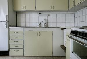 Köket i en av lägenheterna i hyreshuset. Klassiskt 60/70-tal.