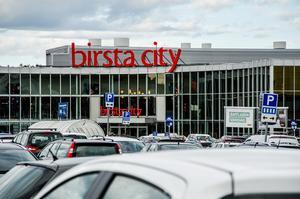 Det kryllar av folk ute i Birsta, men bara en av tio bär munskydd, enligt insändarskribenten.
