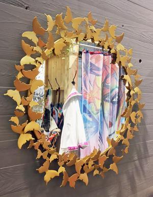 Spegel i mässing, Fjärilar, från Gynning Design. Rekommenderat butikspris cirka 3900 kronor. Webbutik: gynningdesign.se