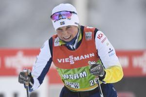 Hanna Falk under uppvärmningen inför damernas sprint vid världscupspremiären i Ruka. Foto: Anders Wiklund/TT