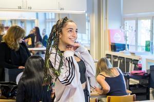 Gabriella Makhoul går första året med frisörinrikting. Hon ska föreställa Rihanna och dansar medan hennes kompisar förbereder sig. – Jag försöker peppa alla, säger hon.