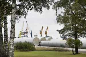 Vindkraftdelarna ligger bunkrade inför vidare transport inne i hamnen.