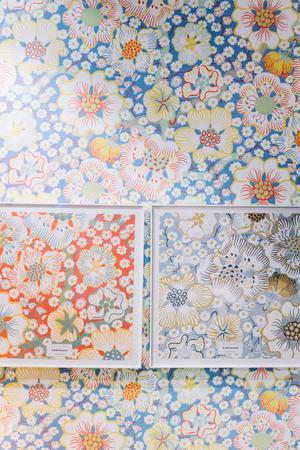 Tapetmönstret Eldblomma är ett av dem som finns i flera färgskalor, efter Josef Franks förlaga.Foto: Stina Stjernkvist / TT