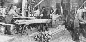 Det här är troligtvis en bild från L. A. Jonssons skidfabrik i Östersund. Det var Sveriges första skidfabrik när den startades i slutet av 1800-talet och många av de stora skidåkarnas segrar under 1900-talets första hälft togs på skidor från fabriken i Östersund. 1959 lades fabriken ner.