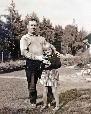 Pappa Kaarlo och Helena gör grimaser framför kameran. Foto: Kaarlo Heiniemi