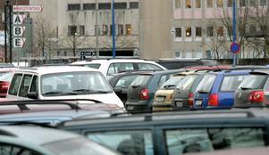 Full parkering. Många USÖ-anställda vittnade om svårigheter att få parkering när avgiftsfrågan för personal var uppe för diskussion förra hösten. Från och med nästa år, när det nya P-huset tas i bruk, kommer antalet platser dock att utökas från 1 700 till 2 000.  Arkivfoto