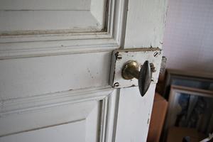 Fina gamla detaljer finns överallt i huset som varit orört och obebott i många år.