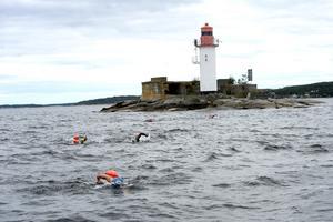 Var man redan trött var det bara att bita ihop. Nu återstod cirka 1800 meters simning tillbaka till bastubryggan vid Vindhem.