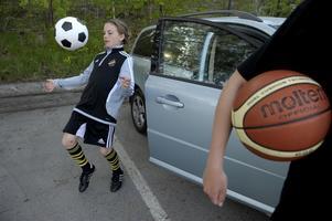 Vilda, 11 år, och Varja, 14 år spelar fotboll och basket. De väntar på bilskjuts till träningen. Foto: Janerik Henriksson / SCANPIX