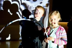 Timmy Ekholm och Tindra Floberg är två av de förskolebarn som gick in för uppgiften att leka så att deras rörelser blev en bild på väggen.