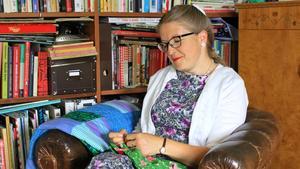 Annica Lässman syr i sitt hem i Skultuna. Både hon och maken Oskar Lässman syr väldigt mycket på fritiden. Annica syr mestadels klänningar och Oskar syr mest huvudbonader.