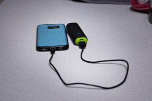 Pia och hennes barn kan ladda telefonen, och deras extrabatteri, hemma hos Pias pappa som haft en fas ström de senaste dagarna.
