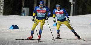 Gabriel Hallquist och David Larsson testar fästet uppför backen som leder mot ÖSK-stugan.