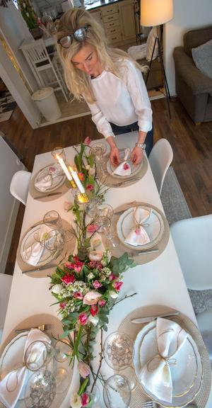 En dukning med tulpaner ger vårkänslor i hemmet.