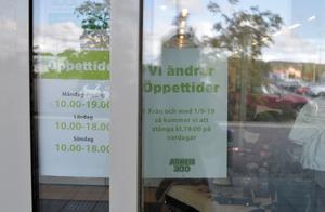 Flera butiker skyltar med sina nya öppettider.