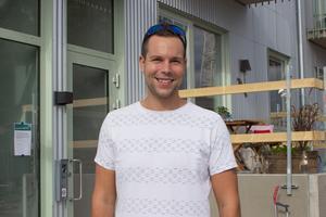 Patrik Vikström visste inte om att det var ett plusenergihus han precis flyttat in i. Men han tycker att det är bra att inte göra mer påverkan på miljön än vad som behövs.