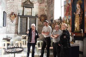 Pär Sandevik berättar om DNA-märkningen för Thomas Larsson, Mikael Gustafsson och Anki Ekbom som arbetar på Nynäshamns församling.