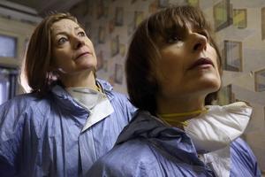 Karaktären Gill Murray (Amelia Bullmore, närmast kameran) är löst baserad på Diane Taylor, som beskrivs som varm, rolig och smart – och en person som fick en kick av att göra ett bra jobb. Foto: Matt Squire/SVT
