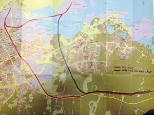 Gunnar Källberg tycker att järnvägen från hamnen ska dras ungefär där den blå linjen går.