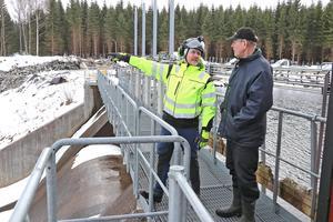 I samtal om miljöåtgärder vid Rällsälven. Johan Lind, Mälarenergi, och markägare Rolf Ingmarsson.