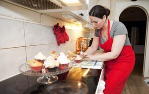 """Varje kaka blir unik. """"Jag får utlopp för min kreativitet. Självklart ger också responsen och bekräftelsen, som jag får via bloggen, jättemycket"""", säger Tania Bolognini om bloggandet. Inspiration till såväl matlagning som bakning får hon från nätet och matlagningsprogram. På sin egen blogg visar hon sina projekt i köket och delar med sig av recepten, som ofta är hemkomponerade. Foto: Anders Forngren"""