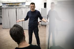 Regissören Patrik Pettersson berättar om arbetet med pjäsen.