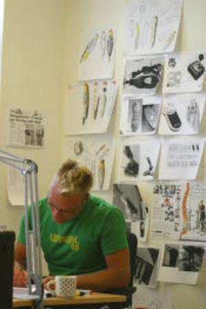 Markus Grip från designhögskolan i Göteborg designar ett manöverdon åt Edmo lift i Härnösand.