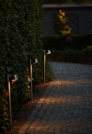 Anna Karlberg har placerat sex så kallade pollare, små lyktstolpar, längs med gången som leder upp till huset.Bild: Andreas Hillergren/TT