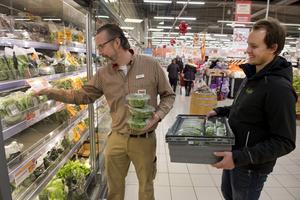 Micke Petersson, Ica-handlare på Ica Maxi, plockar in den första leveransen av inomhusodlad ruccolasallad från Ljusgårda, som Christoffer Barath kommer med.