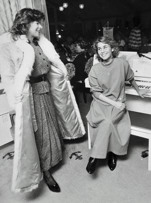 Elisabeth Modåen och Helen Sjöholm under en modevisning. Bild: Arkiv.