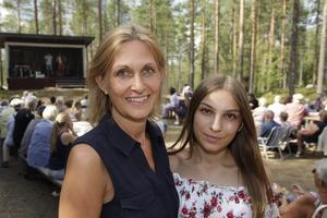 Gabriella och Elsa Lindvall underhöll från scenen.